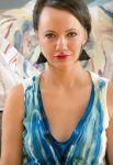 Milli Janatková s autorskými šaty z vlastní malby