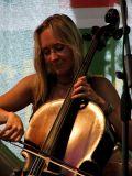 Vždy usměvaná a na violoncello hrající Petra Dvořáková. Bonsai č.3 sice vystoupila pouze v tříčlenné sestavě, ale i tak jsem si jejich vystoupení náležitě užil.