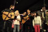 Úžasný závěr prvního večera – společné zpívání kapel a diváků kolem pódia