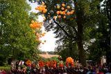 rozloučení s festivalem vypuštěním desítek oranžových balónků