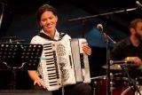 Snežana Jović-Werner, hráčka na akordeon, pocházející ze Srbska, členka kapely Preßburger Klezmer Band.