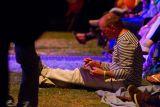 V posledních dnech festivalu se před pódiem objevili i dva pánové, kteří kromě poslouchání hudby zachycovali okamžiky - na rozdíl od fotografů - jen za pomocí tužky a papíru. Tohle je jeden z nich.