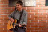Švýcarský písničkář Mani Matter a jeho píseň Eskimo rozveselila v podání Honzy Řepky kavárnu. Zazpíval ji česky, ale i švýcarsky.