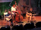 Žijící legendu trampské písně - Mikiho Ryvolu doprovázeli oba Pavlové z Nezmarů. Netrvalo dlouho a Miki si z diváků udělal doprovodný sbor.