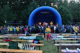 Pořadatelé vymysleli i netradiční akci – společný přípitek a focení všech účastníků festivalu. Zde ještě není obecenstvo komplet, některým trvalo déle, než se odvážili pod pódium.