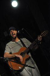 Kapelník Michal Miklánek se zaujetím sobě vlastním zpíval i pořadem provázel