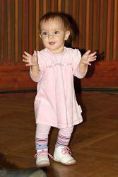 Nejmladší Mikiho fanynka nadšeně tančila a tleskala a předváděla všem, že roste nová generace posluchačů, bude pro koho hrát i nadále.
