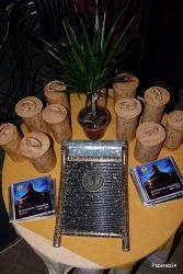 Vedle zmíněných Žejdlíků na hudební nápady vidíte na této fotografii putovní cenu soutěže, Harfu kněžny Libuše, škarohlídy prohlašovanou za načančanou valchu, palmu vítězství a památeční cédéčka s výběrem nahrávek z tohoto ročníku pro finalisty. Takto byly ceny a upomínkové předměty vystaveny na stolečku pod scénou. Program na ní otevřela, aby nikdo z finalistů nehrál na nevýhodné, úplně první pozici,…