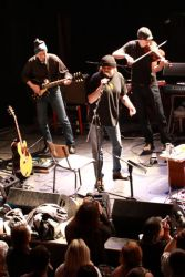 Po krátké přestávce nastupují muzikanti z Etc., postupně se připojuje Blues session, Olinovy kapely