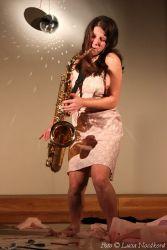 """Cyklus zahájilo netradiční divadélko Aničky Duchaňové """"Vánoční snítka"""". Někteří diváci se ujišťovali, že se jim to nezdá. Jiní tvrdili, že za potlesk stálo pouze sólo na saxofon. Ve školce by nejspíš představení mělo úspěch."""