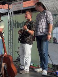 Bodlo do odpoledního vedra vneslo svůj energický multigrass. Štefan Timko se přitom ukázal nejen jako zpěvák, ale také jako bodyguard a vrhač stínu (v tuto chvíli neúspěšného) pro basáka Radka Exnera.