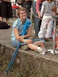 Zpěvačka Hlubokého nedorozumění Mária Krsková se sice usmívá, ale jinak by vyhrála jasně cenu pro smolaře festivalu. V týdnu před tChýní si totiž stihla pochroumat nohu a navíc ještě přímo na místě ''koupila'' vosí žihadlo.