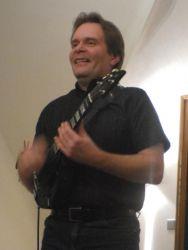 Druhý den byla fúze přímo na programu: Jaroslav Samson Lenk a Radim Zenkl spolu sice nehrají první rok, ale přesto jejich hudební setkání může žánrové puristy překvapovat: co na sobě vidí? Inu, řekl bych, že Samson na Radimovi oceňuje dokonalého profesionála, který i po letech nic neošidí, umí velmi příjemně vyprávět o hudbě, kterou hraje, a ačkoli je zejména světovým virtuozem na mandolínu a vynálezcem vlastního mandolínového stylu, umí zahrát i na různé dechy: na flétny a píšťaly, na didjeridoo…
