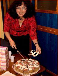 Šťastná a spokojená Pavla porcuje svůj narozeninový dort – a oslava v zákulisí divadla GONG může začít...