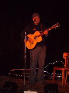 Písničkář Petr Brousil hraje i ve skupině Bejlí