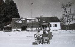 Mikiho (sedí vlevo) partička pokeru na Fort Hazardu