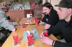 Na fotografii je zachyceno jiné splněné autorovo (sedícího vpravo) přání - nealkoholický hospodský večírek!
