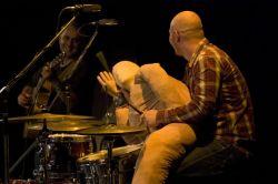 Vdivadle není nouze o rekvizity. Podobnost bubeníka i jeho náhradníka je čistě náhodná.