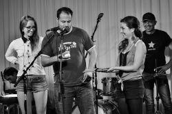 Bára Fialová (vpravo) a Xindl X křtí CD Gardenparty