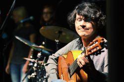 Španělsky hovořící Hector se španělskými rytmy na španělskou kytaru