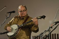 Letos třicetiletý Nashville Bluegrass Band přijel z kolébky bluegrassu. Prý pečlivě zvažují, kde zahrají, budiž poctou pro Strakonice, že si vybrali právě jejich festival. Precizní a pohodové tradiční pojetí bluegrassu kazil jen drobný leč vytrvalý déšť.