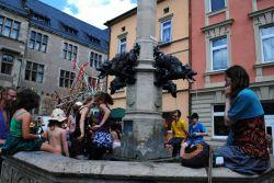 A když už byly ulice příliš přehřáté (počasí nám skoro po celou dobu přálo), tak stačilo hupnout do kašny. V centru Rudolstadtu jich bylo dost.