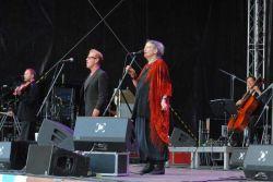 Skončím na stejném pódiu, na kterém jsem začal: poslední koncert, který jsem letos na festivalu slyšel, byl současně nejsilnějším hudebním zážitkem. June Tabor, 66letá anglická folková zpěvačka přijela s folkrockovou kapelou Oysterband, ze které se na fotku vešli houslista Ian Telfer, frontman a akordeonista John Jones a cellista Adrian.