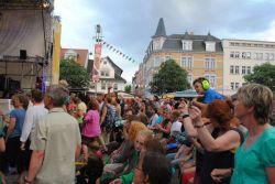"""A před pódiem, na kterém jste viděli Bulhary, to velmi často vypadalo takhle. Podle dat poskytnutých organizátory festivalu přišlo a přijelo víc diváků než loni: 87.300! (To je ovšem takový """"zahradní"""" způsob počítání, kdy se každý divák počítá každý den znovu. Nejvíc diváků bylo v sobotu: 26.200.) Z mého pohledu (potřetí v Rudolstadtu) jsem letos viděl diváků určitě nejvíc, bezpečně alespoň na této scéně, kde se oproti mým předchozím zkušenostem začala hrát zajímavější muzika."""
