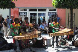 """Tanzánců jsem slyšel povícero a ještě více jsem jich na rozličných scénách slyšet nestačil. Když byli muzikanti """"kousek odvedle"""" – jako třeba z Burkiny Faso, tak museli se svou zajímavou muzikou vzít zavděk pouliční produkcí. To neříkám vůbec nijak úkorně; na rudolstadtských ulicích se děly neustále velmi zajímavé věci..."""