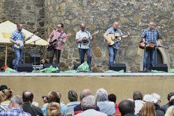 Bluegrass session no. 14 moderoval tradičně Zdeněk Schwager a uvedl na podium i chomutovskou skupinu Album. Předchozí skupinu předčili právě zpěvem, i když se nějaká nesrovnalost také vloudila, ale nerušila. Bluegrassové publikum je vstřícné. Zvláště, slyší -li novinky v repertoáru.