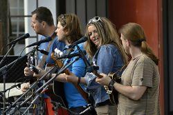 BlueGate s novopečenou maminkou Ilon Leichtovou, novopečenými tatínky Liborem Nývltem a Jirkou Plhou Rybářem a s otcem čekatelem Petrem Šístkem už plánují, jak jejich holčičky založí za pár let bluegrassové kvarteto. Rodičové jim budou těmi nejlepšími vzory.