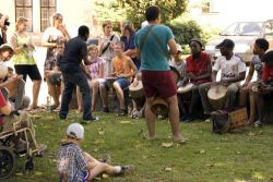 Kdo chtěl, mohl si zkusit zabubnovat s IYASA (Inkululeko Yabatsha School of Arts Zimbabwe Africa)