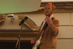 Jirku Maška známe jako prvotřídního zvukaře z řady hudebních akcí, muzikanti si nemohou vynachválit jeho přístup a práci za zvukařským pultem na koncertech i v nahrávacím studiu. Málo se ví, že je také zdatným muzikantem, na desce i na podiu dobře basoval (a baskytaristka Ilon nevěděla, co s rukama Usmívající se).