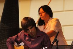 Zuzana Mašková se s manželem Jirkou seznámila před lety v kapele. Aktivního muzicírování zanechala nejprve kvůli rozrůstající se rodině, a pak ji plně zaměstnávala práce pro vydavatelství a nahrávací studio Good Day, které Maškovi vybudovali. Děti odrostly a Zuzana se nyní k muzice vrací, v kapele Cross Country hraje na klávesy. Lukáš Bundil střídal elektrickou a akustickou kytaru.