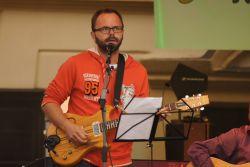 Kytarista Radek Hlávka se přidal k Ilon v prvním duetu z desky. Maškovu píseň Pláč a prach v originále zpívají Ilon a Míša Leichtovi.