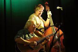Miki Ryvola s pomocí Pavla Jima Drengubáka a Pavla Zajíce rozezpíval sál.