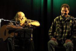 Pavel Pokorný byl nejen hlavním organizátorem a prvním účinkujícím. Ještě navíc i osobně uvedl nejčastějšího a nejvzdálenějšího hosta, bluesového písničkáře z Ostravy Pepu Streichla.