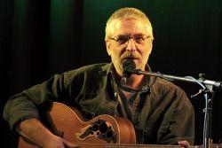 K obohacení zvuku svých písní si Pavel přizval basáka Petra Novotného. Poté mu zapůjčil kytaru a Petr se předvedl i jako nadějný začínající písničkář ve své skladbě Potopa.