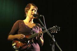 Lucka Redlová ve svém krátkém vstupu předvedla s kytarou i mandolínou zejména své písně  z nového alba Sběračky čaje.