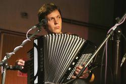 Pro Špíz si ovšem přivezli překvapení. Kapelu posílil mladý akordeonista Ondřej Vácha. Ve třech jde hned vše veseleji.
