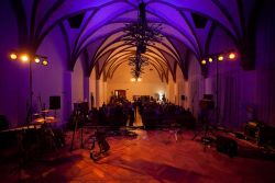 Je sobota 22. 11. a sál zvaný Velká dvorana na zámku v Hradci nad Moravicí je zaplněn diváky, za chvíli můžeme začít.