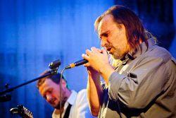 Opavská kapela Ladě vzbuzuje nadšení u posluchačů všemožných žánrů, od folku přes jazz až po rockery. Na snímku dvojice klíčových protagonistů, textař a zpěvák Michael Kubesa, a většinový autor hudby a kytarista Petr Uvíra.