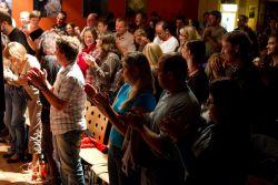 Poprvé v historii kavárny došlo i na potlesk ve stoje