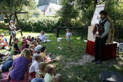 Marek Vojtěch (Divadlo Harmonika) vypráví a hraje pohádku o písničce