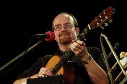 Jaroslav Marian, umělecký vedoucí souboru, jako obvykle s kytarou, také patří k sólistům souboru.