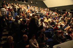 Gong praskal ve švech, diváci seděli nejen na klasických sedadlech, ale i na přístavcích na schodišti.