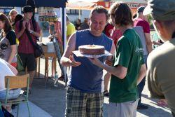 pan Machát, pořadatel festivalu, přebírá festivalový narozeninový dort