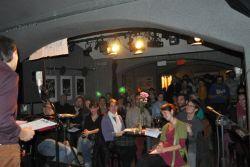Pohled do publika, kde sedí několik redaktorů FOLKtimu.