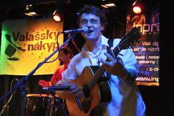 Zahajoval A. M. Úlet z Moravičan posílený o perkusistu Arima Shankara. Kapela svůj styl charakterizuje jako dřevěný folk -pop- rock. Každopádně písně pohladí po duši.