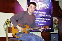 """Dr. Hyenik alias Hynek Stančík. Na plakátech zavádějící informace """"one guitar show"""". Ve skutečnosti one man 6 guitar show. Vítěz Gitariády 2010 v B. Bystrici předvedl hbité prsty na několika nástrojích včetně tenorové kytary, která se vejde pouze do pouzdra od basové."""